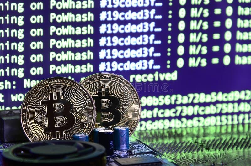 Цифровой процесс cryptocurrency минируя путем использование GPUs Bitcoins и видеокарта на работая дисплее и минируя экране стоковые фотографии rf