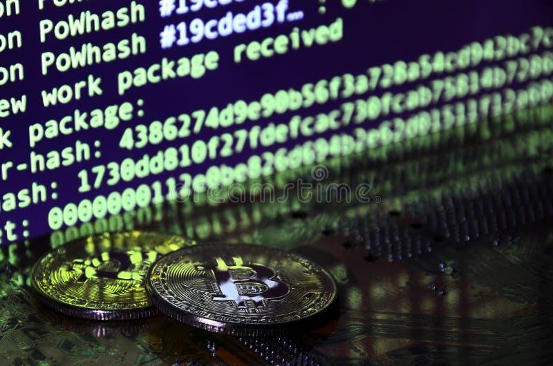 Цифровой процесс cryptocurrency минируя путем использование GPUs Bitcoins и видеокарта на работая дисплее и минируя экране стоковые изображения