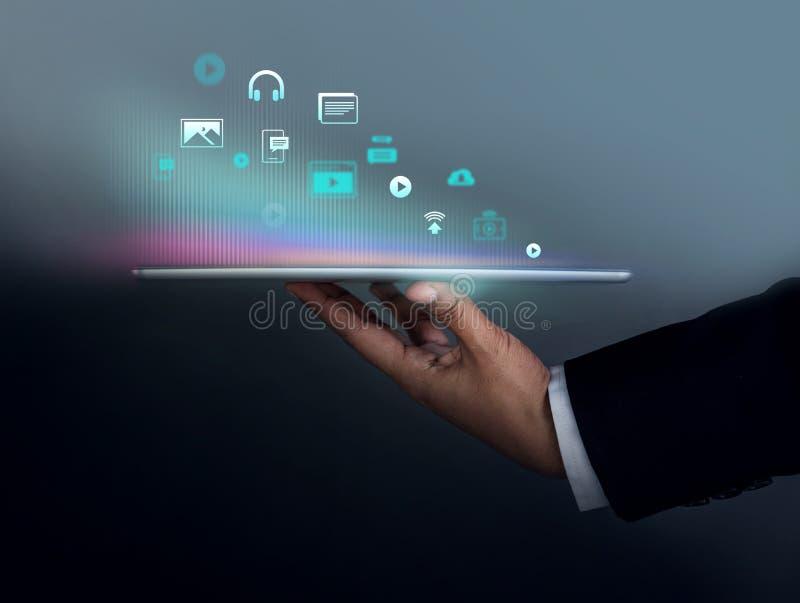 Цифровые информационные наполнения выходя концепцию вышед на рынок на рынок Бизнесмен держа таблетку t стоковые фото