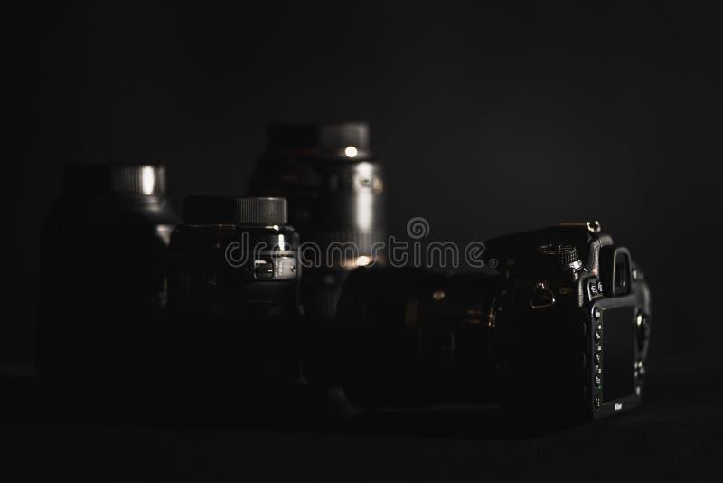 Цифровые фотокамеры и объективы оборудования фото стоковое изображение rf