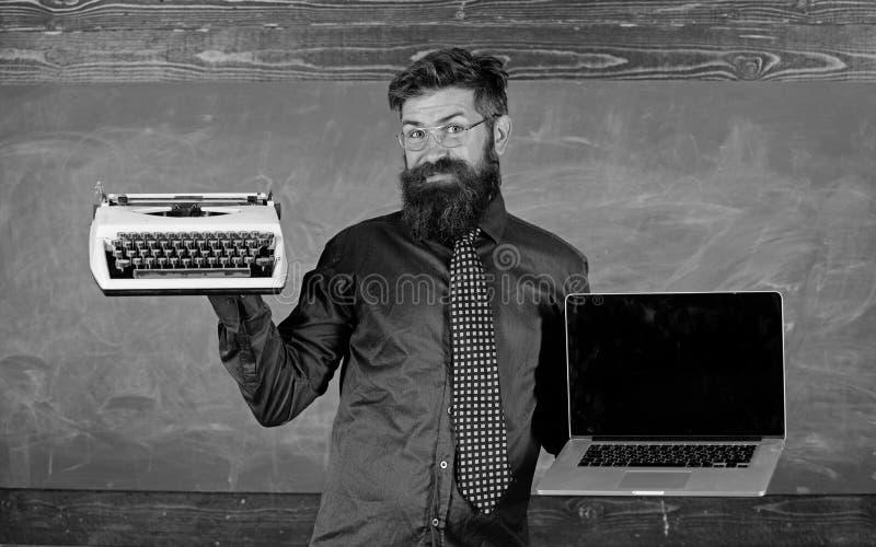 Цифров против ретро Выберите правый метод обучения Учитель выбирая уча подход Современное преимущество технологий стоковые фотографии rf