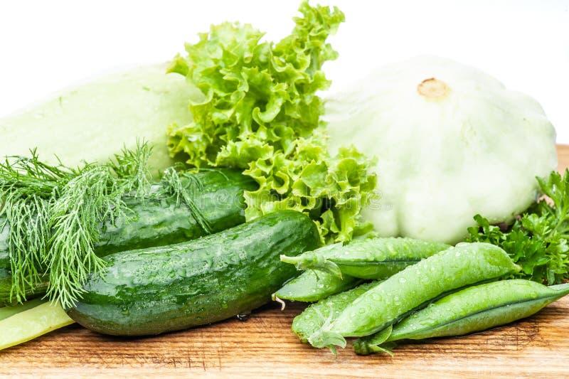 Цукини, зеленые горохи, укроп, петрушка, огурцы, салат стоковое фото rf