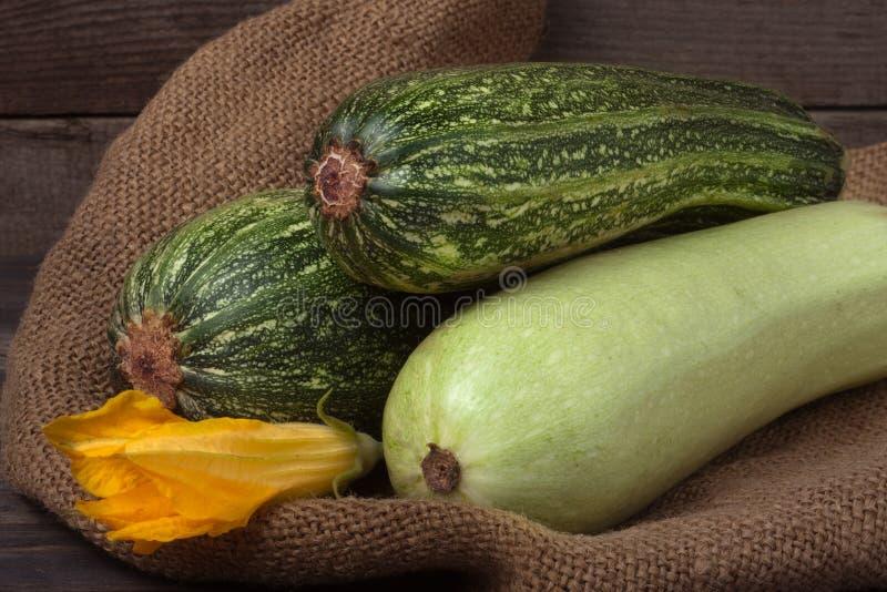 Цукини и courgette на дерюге с цветком стоковые фотографии rf