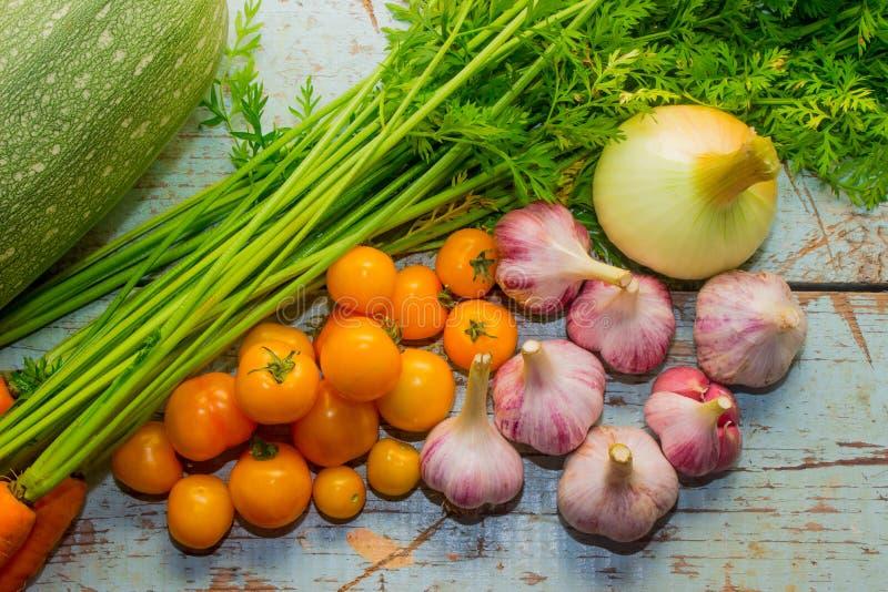 Цукини, моркови, луки, чеснок и томаты стоковое фото rf