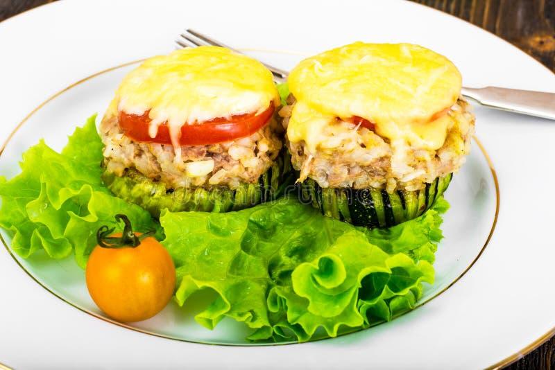 Цукини с тунцом, рисом, сыром и томатом на гриле барбекю стоковые изображения