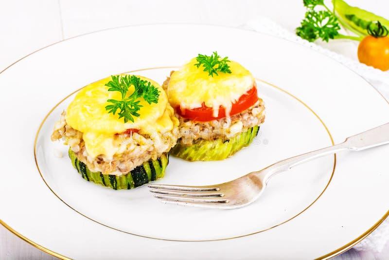 Цукини с тунцом, рисом, сыром и томатом на гриле барбекю стоковое изображение