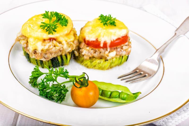 Цукини с тунцом, рисом, сыром и томатом на гриле барбекю стоковые фото