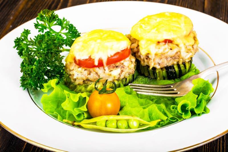 Цукини с тунцом, рисом, сыром и томатом на гриле барбекю стоковая фотография