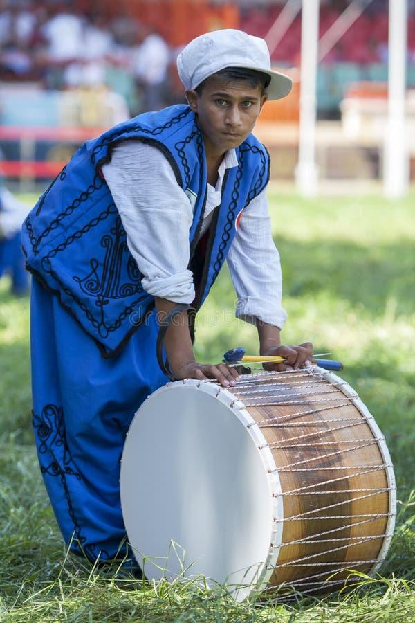 Цыганский барабанщик ослабляет между представлениями на фестивале турецкого масла Kirkpinar Wrestling в Эдирне в Турции стоковые фото