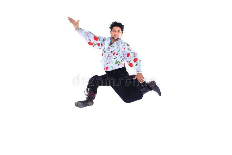 Цыганский мужской танцор в традиционном платье выполняет народный танец стоковые фото