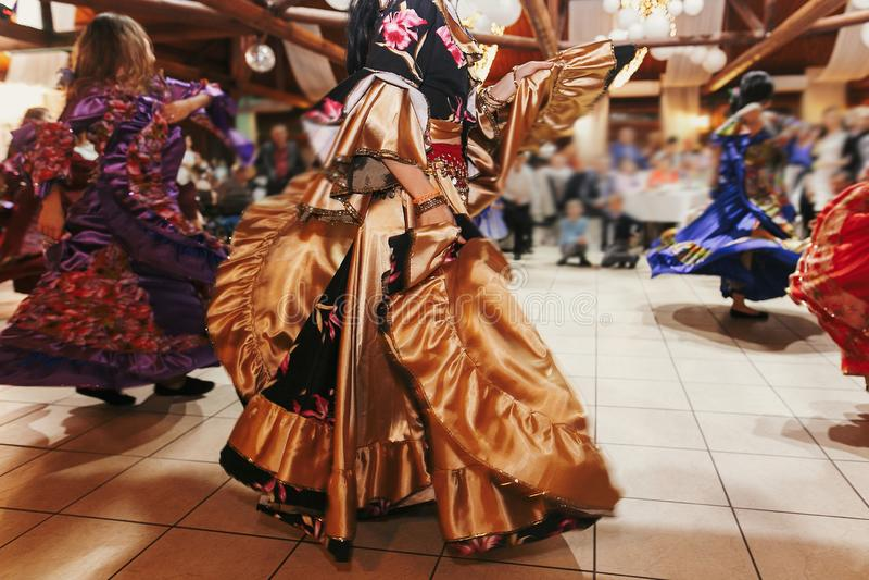 Цыганский фестиваль танца, женщина выполняя танец romany и народные песни в национальной одежде Красивые танцы девушек roma цыган стоковое фото rf