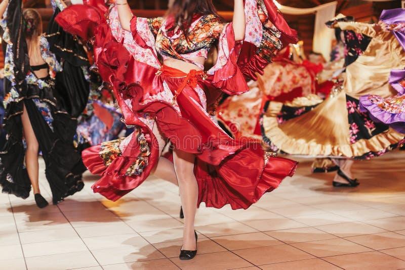 Цыганский фестиваль танца, женщина выполняя танец romany и народные песни в национальной одежде Красивые танцы девушек roma цыган стоковые изображения