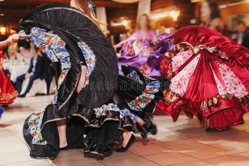 Цыганский фестиваль танца, женщина выполняя танец romany и народные песни в национальной одежде Красивые танцы девушек roma цыган стоковое фото
