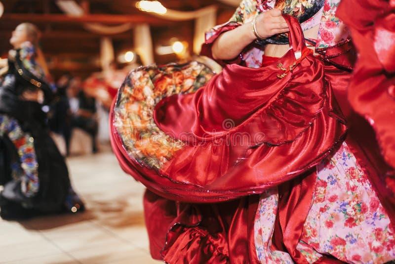 Цыганский фестиваль танца, женщина выполняя танец romany и народные песни в национальной одежде Красивые танцы девушек roma цыган стоковые фото