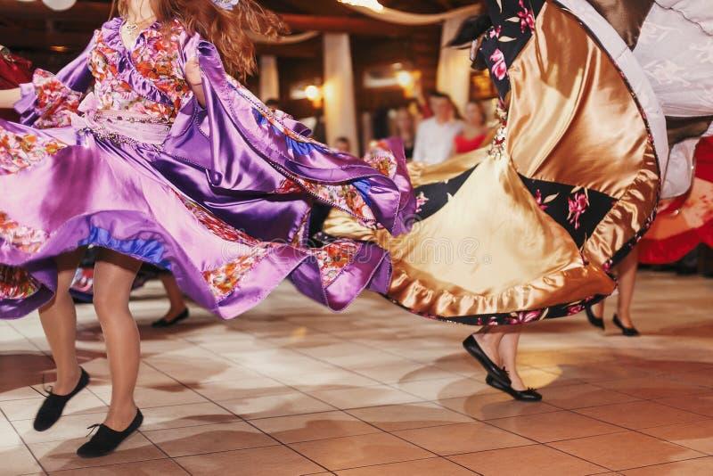 Цыганский фестиваль танца, женщина выполняя танец romany и народные песни в национальной одежде Красивые танцы девушек roma цыган стоковые изображения rf