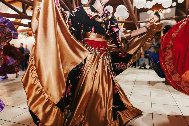 Цыганский фестиваль танца, женщина выполняя танец romany и народные песни в национальной одежде Красивые танцы девушек roma цыган стоковое изображение rf