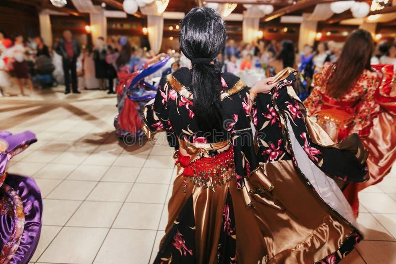 Цыганский фестиваль танца, женщина выполняя танец romany и народные песни в национальной одежде Красивые танцы девушек roma цыган стоковые фотографии rf
