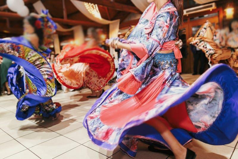 Цыганский фестиваль танца, женщина выполняя танец romany и народные песни в национальной одежде Красивые танцы девушек roma цыган стоковая фотография rf