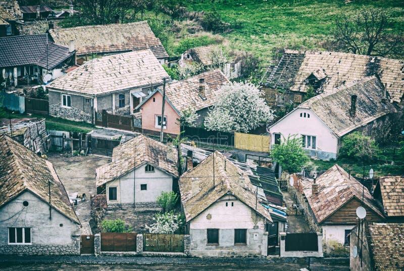 Цыганское поселение в Filakovo, Словакии, сетноом-аналогов фильтре стоковое фото rf