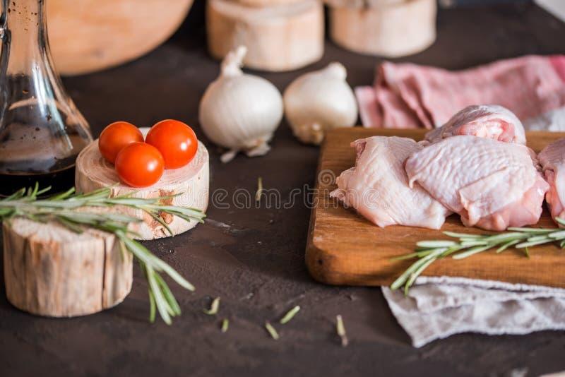 Цыпленок для зажаренный, специи, травы, томаты, грибы на темной предпосылке, взгляд сверху Цыпленок сырого мяса для варить Очень  стоковая фотография rf