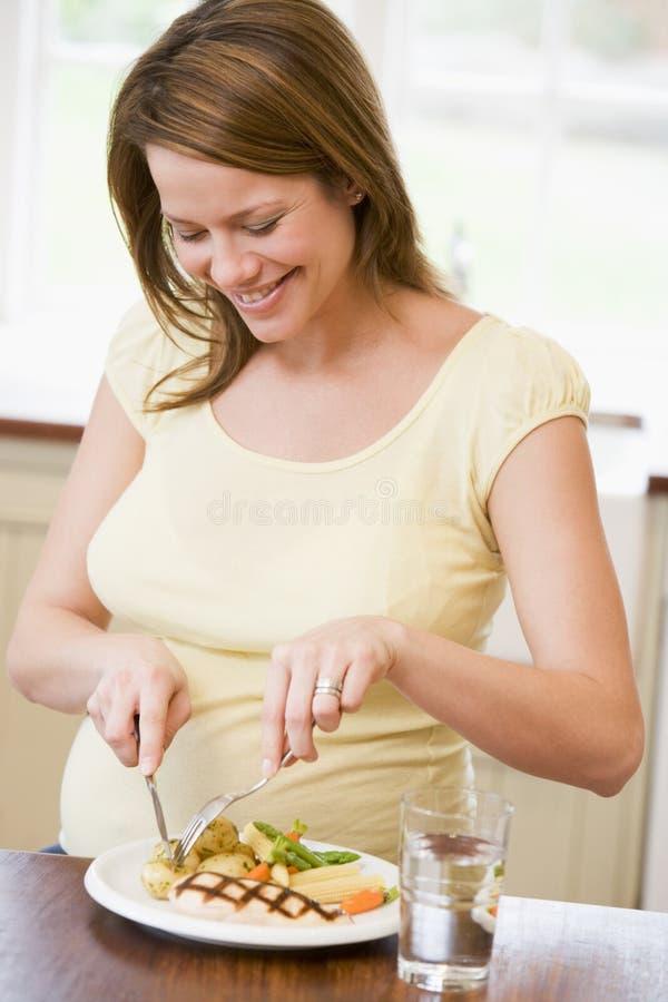 Жарит беременную
