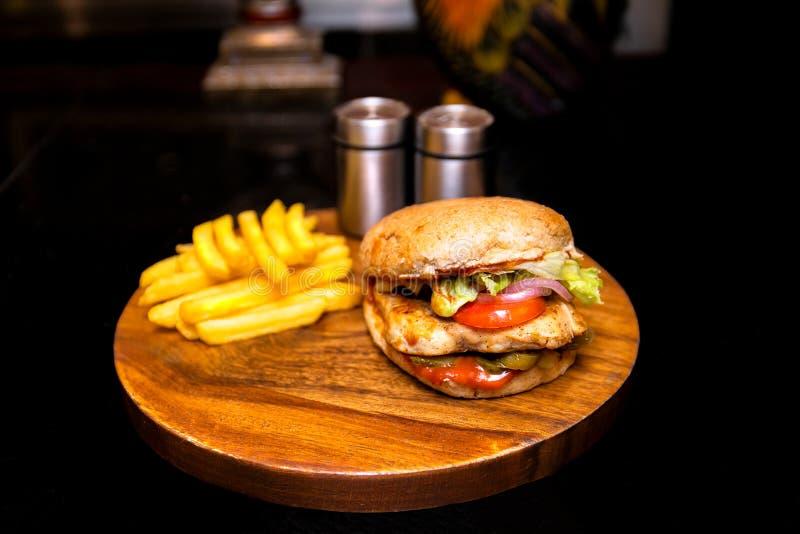 Цыпленок зажаренный BBq с бургером гамбургера специй с французскими фраями стоковое фото rf