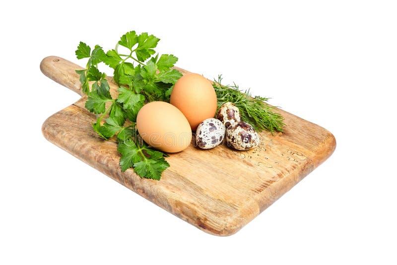 Цыпленок и запятнанные яичка триперсток на деревянной разделочной доске Зеленое PA стоковые фотографии rf