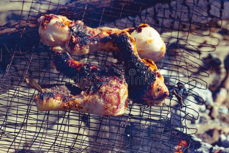 Цыпленок лета Ноги части зажаренные на времени пикника roasted стоковые изображения
