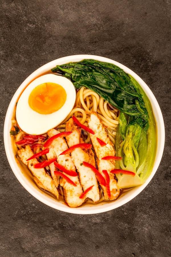 Цыпленок японского стиля и суп или отвар рамэнов чилей с Пак c стоковое изображение