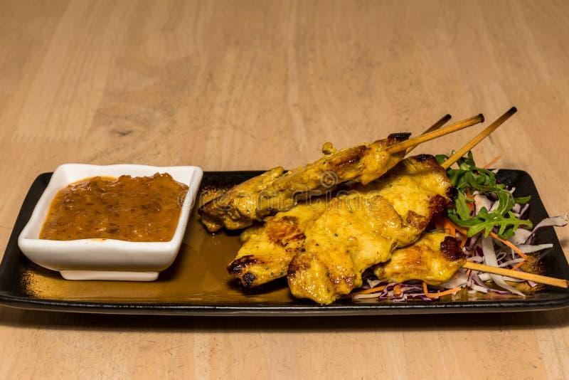 Цыпленок Satay с соусом арахиса стоковая фотография