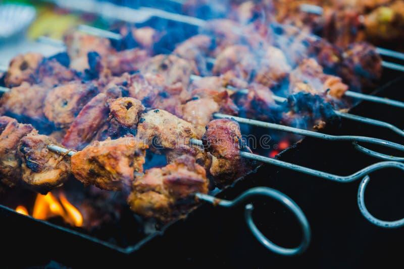 Цыпленок skewers приготовление на гриле на барбекю na górze гриля угля стоковые фото
