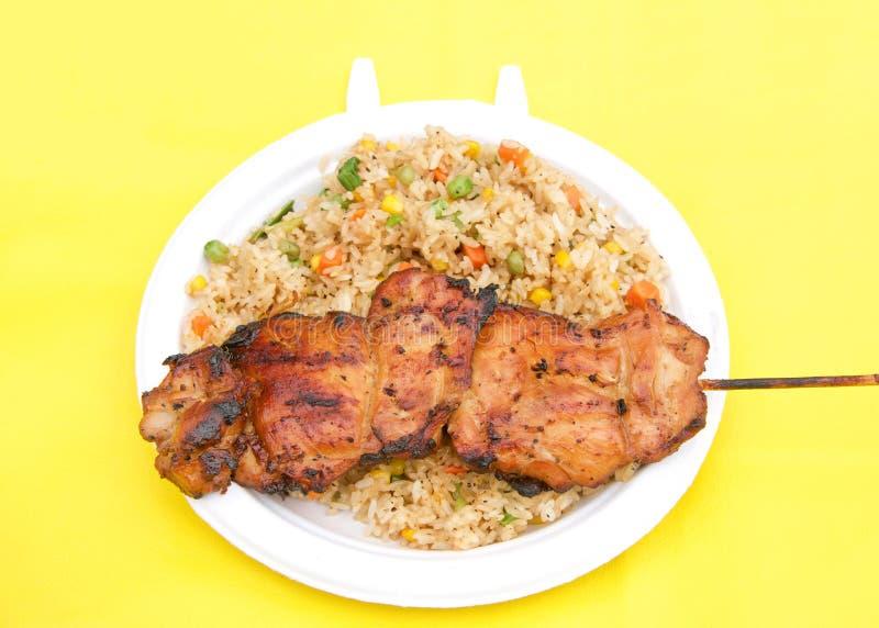Цыпленок Teriyaki с жареными рисами на белой плите стоковое изображение