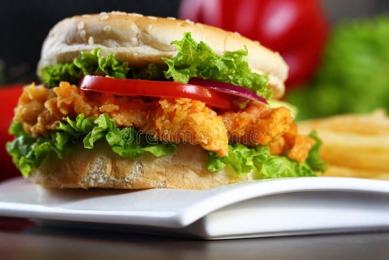 цыпленок бургера кудрявый стоковые фотографии rf