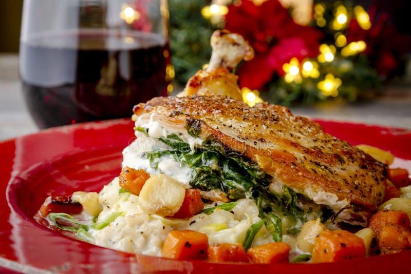 Цыпленок заполненный шпинатом с сквошом Butternut стоковые изображения rf