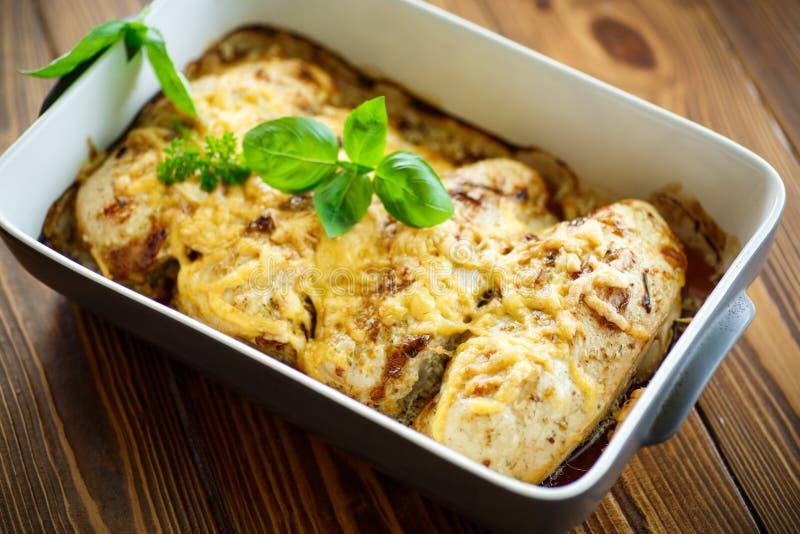 Цыпленок испеченный с сыром и специями стоковая фотография