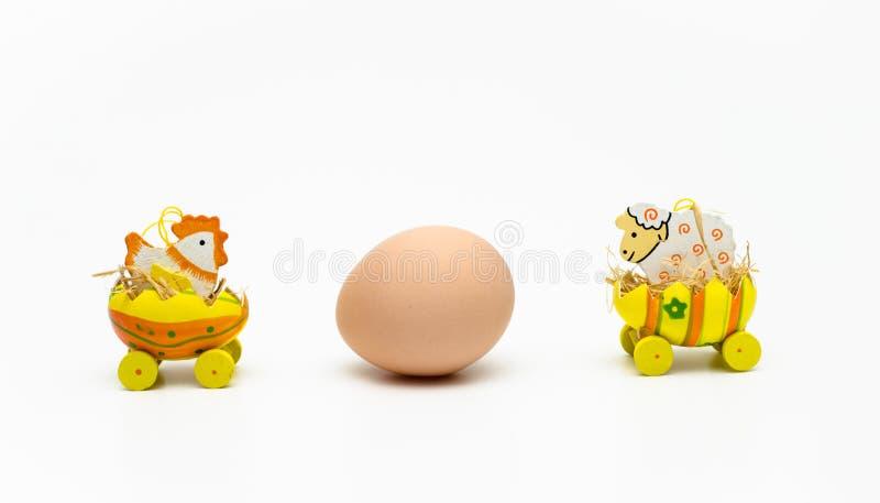 Цыпленок и овечка пасхи стоковая фотография