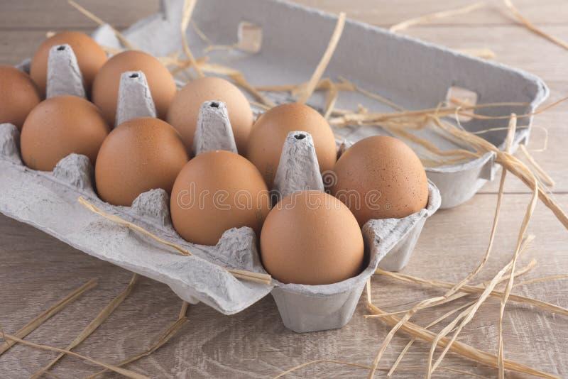 Цыпленок eggs в пакете на таблице стоковое изображение rf