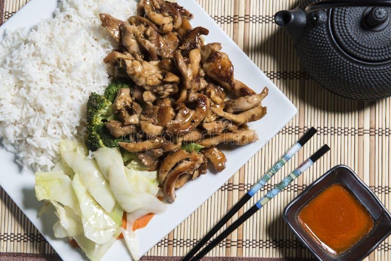 Цыпленок Teriyaki с рисом на белой плите стоковые изображения