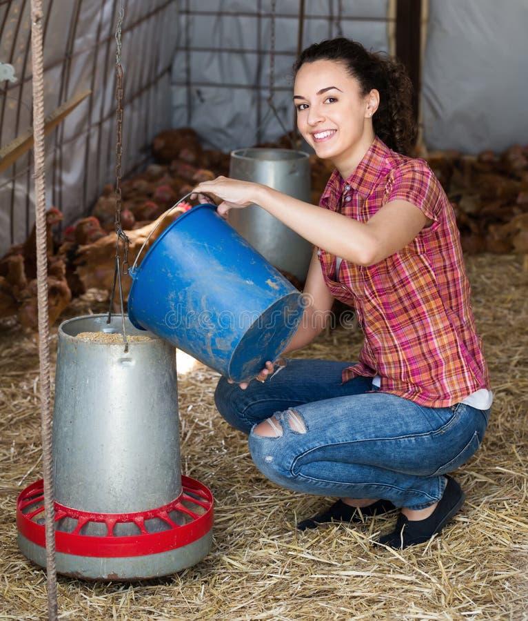 Цыплята нося счастливого фермера молодой женщины стоковое фото rf