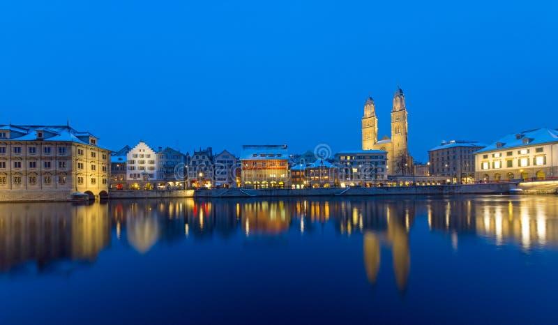 Цюрих и река Limmat на ноче стоковые фотографии rf