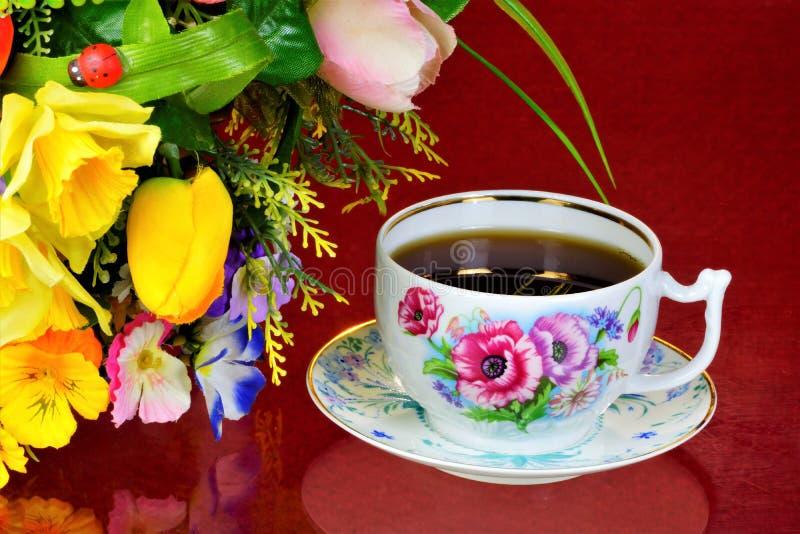 Чаепитие - чай в чашках, чайник, цветки сада на летний день Ежедневный чай очень вкусное, популярный, здоровый, поддерживающ напи стоковые фотографии rf
