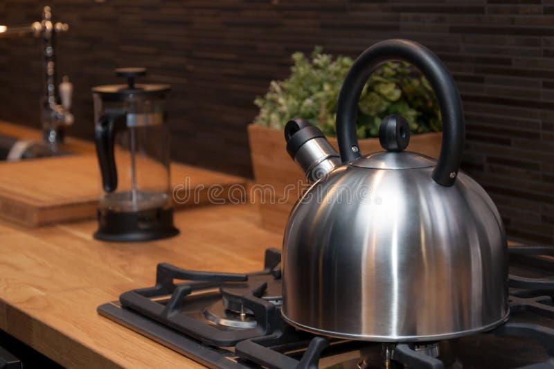 Чайник в современной кухне стоковая фотография