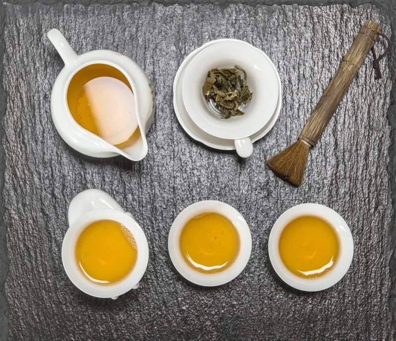 Чайник и белые чашки чай церемонии китайский традиционный стоковые изображения rf