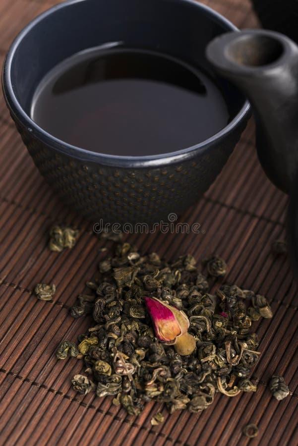 Чайник и чашка с подняли стоковое изображение