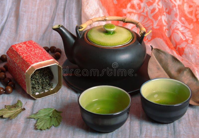 Чайник и шары с чаем стоковое изображение