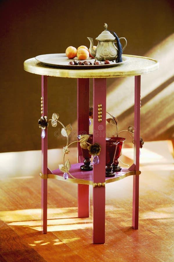 Чайник с плодоовощами на таблице стоковые изображения rf