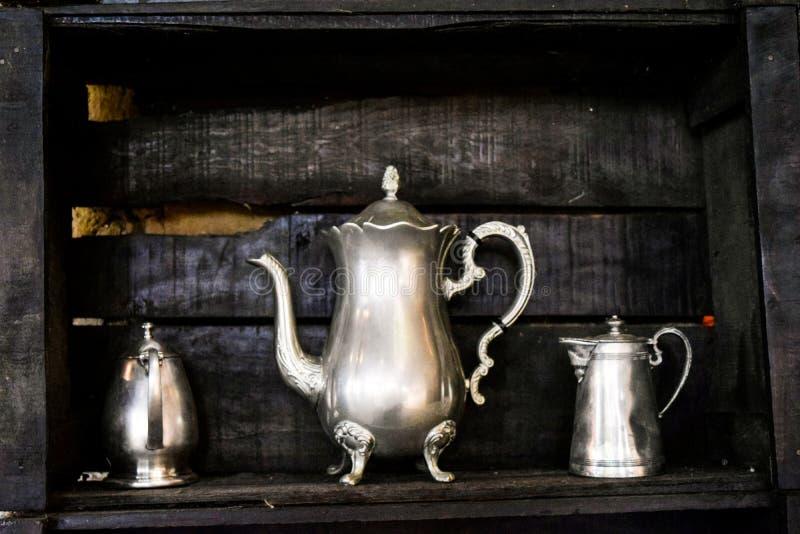 Чайник установленный в плакировку металла стоковое фото rf