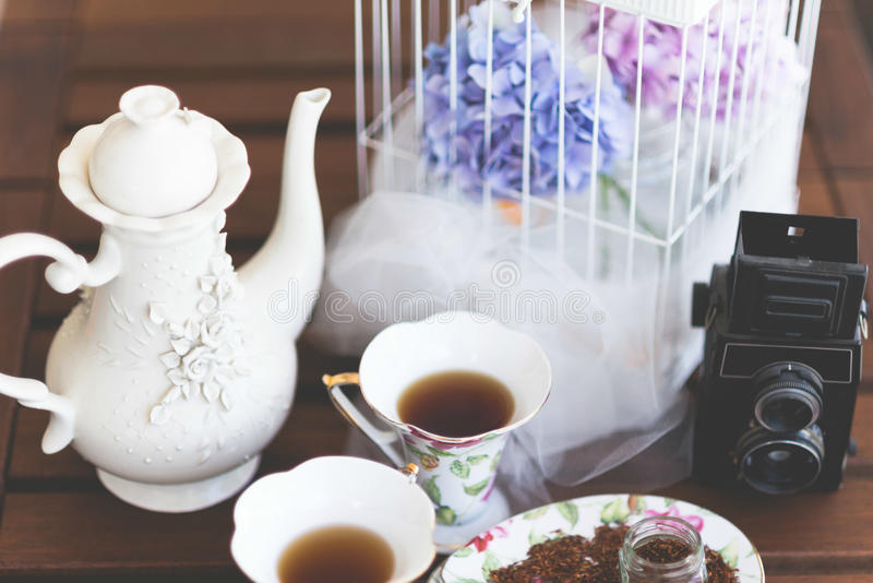Чайник, чашки чая и камера стоковая фотография