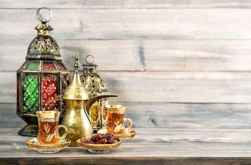 Чайные очки восточный фонарь декоративный деревянный фон стоковое фото