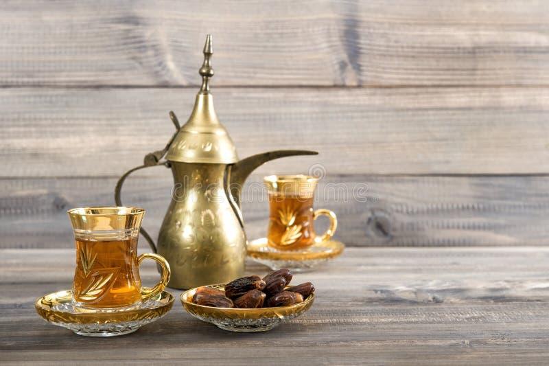 Чайный стол золотой восточный декоративный деревенский деревянный фон стоковые фотографии rf